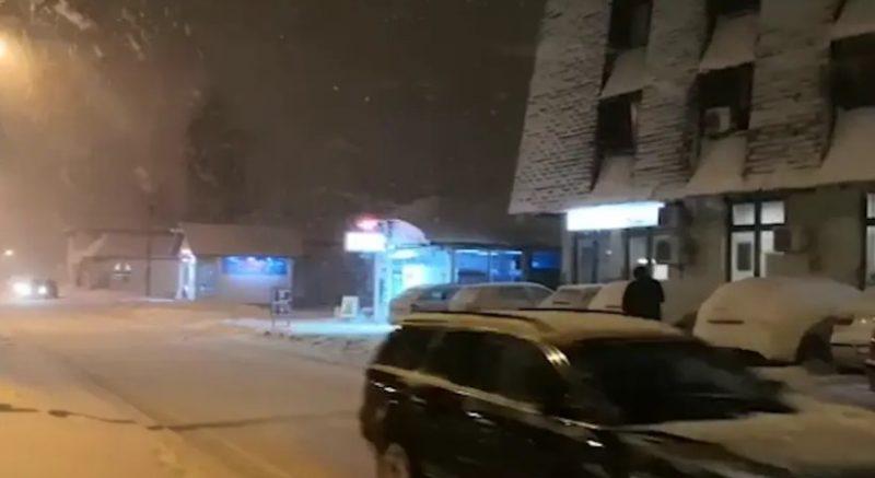 Na putu Novi Pazar-Sjenica zavejano više vozila (VIDEO)