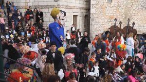 NIJE IM PRVI PUT: Hrvati usred karnevala spalili lutke ISTOPOLNOG para s detetom (VIDEO)