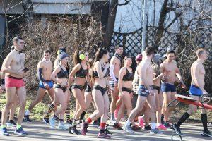 Trka u gaćama usred Beograda! Zima, a oni samo u donjem vešu i patikama! (FOTO)