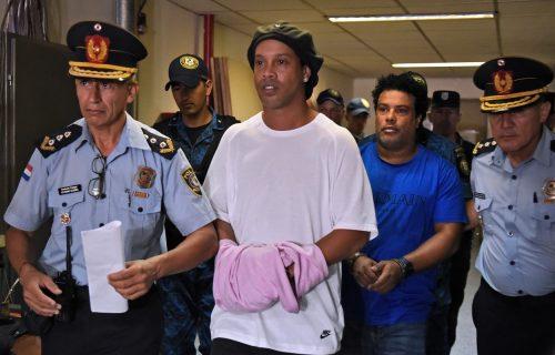 OSMEH NE MOGU DA MU SKINU! Ronaldinjo se izdeformisao u zatvoru, pogledajte prvu fotografiju iza rešetaka! (FOTO)