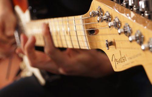 "Postanite gitarski majstor: ""Fender"" i ""Gibson"" spremili besplatne onlajn kurseve (VIDEO)"