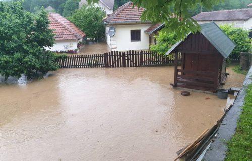 Potopljene kuće u Lučanima: Izlila se reka, saobraćaj obustavljen, ekipe dežuraju celu noć (FOTO+VIDEO)