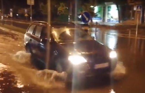 Nevreme se sručilo na Kraljevo, kola se probijaju kroz poplavljene ulice (VIDEO)