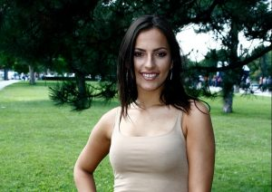 Srpska pevačica oduševila sve svojim PRIRODNIM grudima: Razgolitila se, pa ih istakla u prvi plan! (FOTO)
