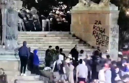 Stravične scene: Ovo je trenutak kada je počeo divljački napad huligana na policajce (VIDEO)