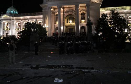 Juriš policije ispred Skupštine: Pogledajte trenutak kada su potisnuti huligani (FOTO+VIDEO)
