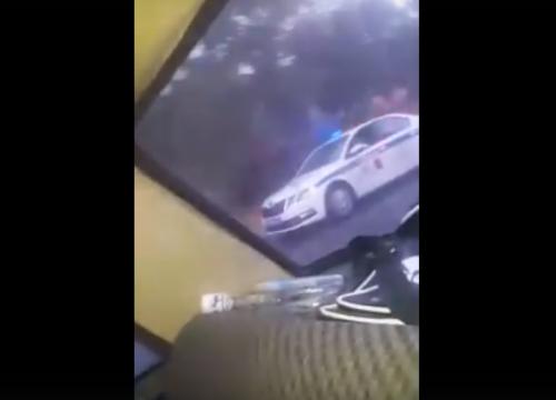 Isplivao JOŠ JEDAN SNIMAK policajca koji je tukao momka zbog ekavice! Nije mu prvi put da se IŽIVLJAVA