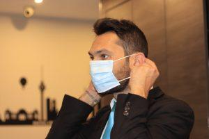 Što da bacate masku kad nekom može da posluži kao ležaljka (VIDEO)