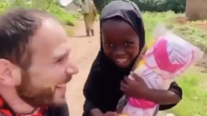 Poklonio lutku siromašnoj devojčici, njena reakcija bila je NEPROCENJIVA (VIDEO)